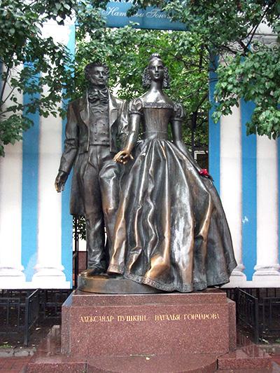 モスクワにあるプーシキンと妻ナターリヤの像